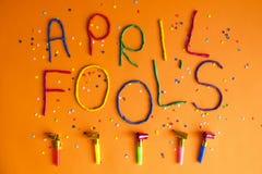 Jour d'imbéciles de premier avril drôle de police écrit dans le plastecine de différentes couleurs Images stock