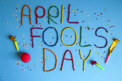 Jour d'imbéciles de premier avril drôle de police écrit dans le plastecine de différentes couleurs Photographie stock libre de droits