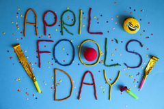 Jour d'imbéciles de premier avril drôle de police écrit dans le plastecine de différentes couleurs Image stock