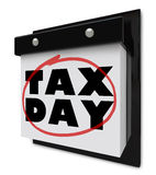 Jour d'impôts - mots cerclés sur le calendrier mural