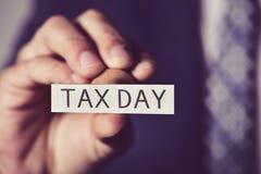 Jour d'impôts d'homme et de textes photographie stock libre de droits