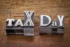 Jour d'impôts dans le type en métal Photographie stock