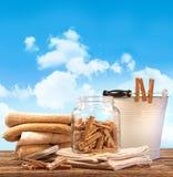 Jour de blanchisserie avec les essuie-main, pinces à linge sur la table Photos stock