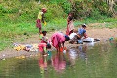 Jour de blanchisserie en rivière photos stock