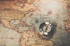 Jour de Columbus et carte du monde avec la boussole Image stock