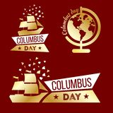 Jour de Columbus heureux Ensemble de symboles d'or de voyage sur le fond rouge photo stock