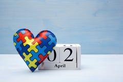 Jour de conscience d'autisme du monde, concept mental de soins de santé avec le puzzle ou modèle denteux sur le coeur avec le cal photographie stock