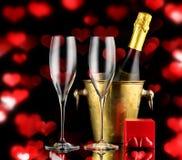 Jour de fête du ` s de valentine de fond avec les coeurs rouges Champagne et bonbons à chocolat Photos libres de droits