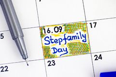 Jour de famille recomposée de rappel dans le calendrier avec le stylo bleu Images stock