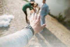 Jour de l'amour de la jeune main avec le coeur de deux personnes Photo stock