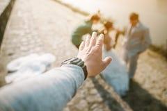 Jour de l'amour de la jeune main avec le coeur de deux personnes Image stock