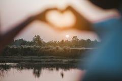 Jour de l'amour de la jeune main avec le coeur de deux personnes Photo libre de droits