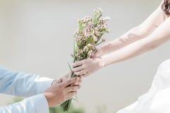 Jour de l'amour de la jeune main avec le coeur de deux personnes Images libres de droits
