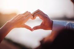 Jour de l'amour de la jeune main avec le coeur de deux personnes Photographie stock libre de droits