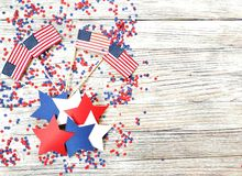 Jour de la Déclaration d'Indépendance, célébration, patriotisme et concept américains de vacances - drapeaux et étoiles sur la 4è Photo stock
