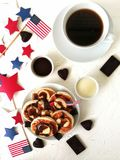 Jour de la Déclaration d'Indépendance, célébration, patriotisme et concept-gâteaux au fromage et café américains de vacances avec Photo stock