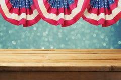 Jour de la Déclaration d'Indépendance de fond patriotique de l'Amérique avec la table en bois vide au-dessus du drapeau des Etats Images stock