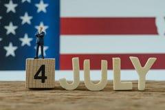 Jour de la Déclaration d'Indépendance Etats-Unis avec le chiffre miniature président se tenant dessus Photo libre de droits