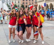 Jour 2016 de la jeunesse du monde : Filles françaises faisant des selfies à Cracovie Photo stock