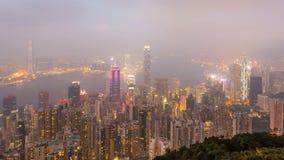 Jour de laps de temps à la nuit Hong Kong City et brume en ciel du point de vue élevé de la crête banque de vidéos