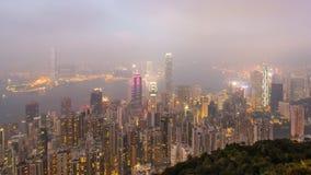 Jour de laps de temps à la nuit Hong Kong City et brume en ciel du point de vue élevé de la crête clips vidéos