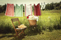 Jour de lavage avec la blanchisserie sur la corde à linge Images stock