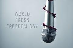 Jour de liberté de la presse du monde de microphone et de textes images libres de droits