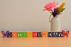 Jour de mères avec un bouquet coloré des fleurs Image stock