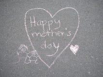 Jour de mères - dessin de craie de forme de coeur au sol photo stock
