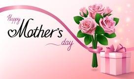 Jour de mères heureux Boîte-cadeau et bouquet des roses roses avec le ruban Fond rose-clair de salutation Images libres de droits