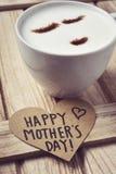 Jour de mères heureux des textes à un coeur Photographie stock