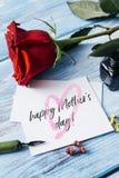 Jour de mères heureux de rose et de textes de rouge dans une note Images libres de droits