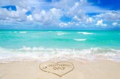 Jour de mères sur le fond de plage Image libre de droits