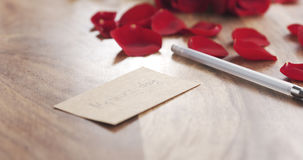 Jour de mères sur une carte de papier sur le vieux fond en bois avec des roses Image stock
