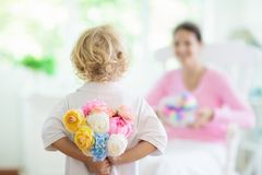 Jour de m?res heureux Enfant avec le pr?sent pour la maman photographie stock