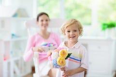 Jour de m?res heureux Enfant avec le pr?sent pour la maman photo libre de droits