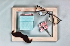 Jour de pères Boîte-cadeau fait maison, les symboles des Jour-verres du ` s de père, moustaches, roses Félicitation ET CADEAUX de images stock