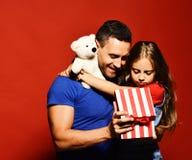 Jour de pères Fille heureuse de famille étreignant le papa image libre de droits