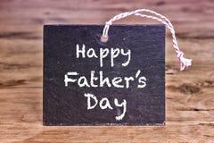 Jour de pères heureux écrit sur le panneau de craie Images stock