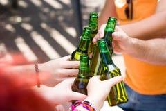 Jour de pique-nique avec des amis encourageant avec des bouteilles de bière Photographie stock