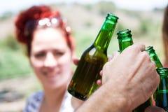 Jour de pique-nique avec des amis encourageant avec des bouteilles de bière Photo libre de droits