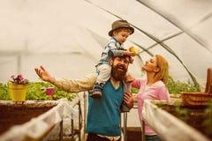 Jour de terre Sont 22 avril les vacances de jour de terre Concept de jour de terre la famille c?l?brent le jour de terre en serre images libres de droits