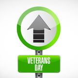 jour de vétérans vers le haut de panneau routier de flèche Photographie stock libre de droits