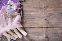 Jour de Valentine's réglé : coeur, ruban rose et rouleaux de vintage sur le fond rustique de bois de flottage, l'espace de copi Images libres de droits