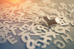 Jour de Valentine coeur d'or sur un fond de l'alphabet en bois Photographie stock
