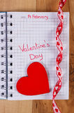 Jour de valentines écrit au carnet et au coeur rouge avec le ruban, décoration pour des valentines Photos stock