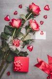 Jour de valentines, amour ou concept de datation Groupe de roses rouges avec le boîte-cadeau, la carte de voeux de papier blanc,  Photo libre de droits