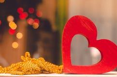 Jour de valentines, coeur en bois rouge Photographie stock