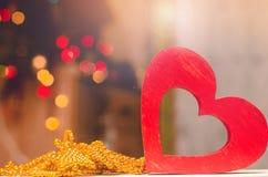 Jour de valentines, coeur en bois rouge Amour de concept Décorations romantiques Photographie stock