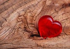 Jour de valentines. Coeur rouge sur le fond en bois. Photos stock